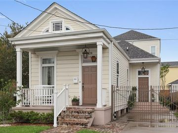 3829 LAUREL Street New Orleans, LA 70115