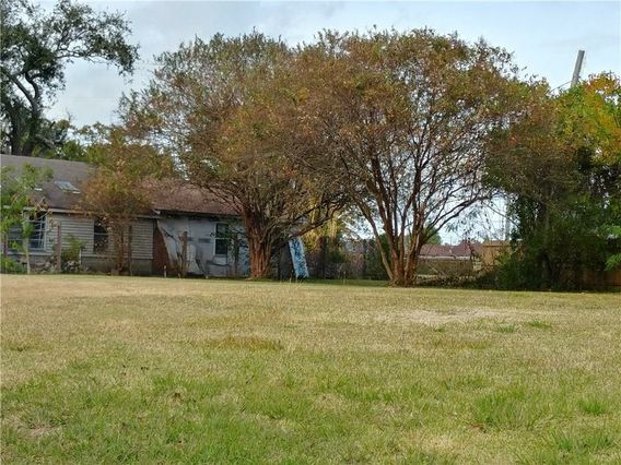 413 LIVINGSTON Avenue Arabi, LA 70032
