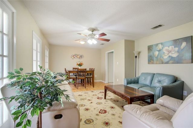 10 MOSELLE Drive - Photo 2